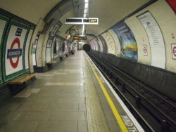 Kennington_station_southbound_Charing_X_look_north.jpg